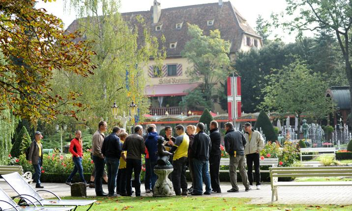 Gruppe im Garten Corporate Event Incentive Teambuilding Teamevent